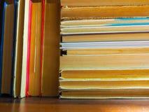 Los libros leídos y atascados y los libros de texto están esperando el principio del año escolar y sus lectores y estudiantes foto de archivo