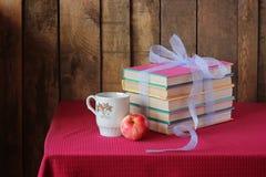 Los libros que son implicados por una cinta azul Fotografía de archivo libre de regalías