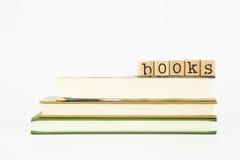 Los libros redactan en los sellos y los libros de madera fotos de archivo libres de regalías