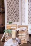 Los libros viejos apilan y miran al trasluz en la decoración interior del vintage imágenes de archivo libres de regalías