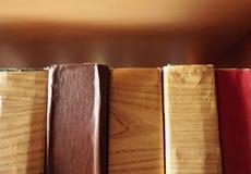 Los libros viejos cubrieron con da?ado protegen el papel ligado en los estantes imagenes de archivo