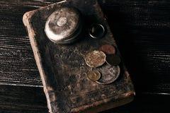 Los libros viejos del vintage y una antigüedad vieja del vintage embolsan el reloj Fotografía de archivo libre de regalías