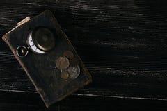 Los libros viejos del vintage y una antigüedad vieja del vintage embolsan el reloj Imágenes de archivo libres de regalías