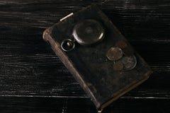 Los libros viejos del vintage y una antigüedad vieja del vintage embolsan el reloj Fotografía de archivo