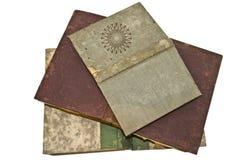 Los libros viejos se abren/aislado imagenes de archivo