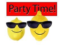 Los limones divertidos en gafas de sol van partido Imagen de archivo libre de regalías