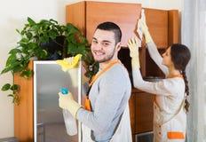Los limpiadores profesionales con el equipo limpian Fotografía de archivo libre de regalías