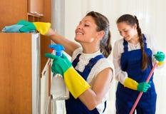 Los limpiadores profesionales hacen la limpieza Foto de archivo libre de regalías