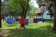 Los linos lavados planchados se secan en el jardín cerca de la casa Fotografía de archivo