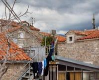 los linos se secaron en las calles de la ciudad vieja Budva montenegro Imagenes de archivo