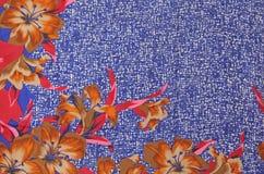 Los lirios florales de seda confinan una impresión blanca de los azules marinos Fotografía de archivo