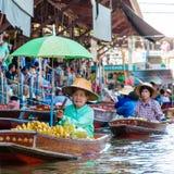 Los locals tailandeses venden la comida y recuerdos en el mercado flotante famoso de Damnoen Saduak, Tailandia Fotos de archivo libres de regalías