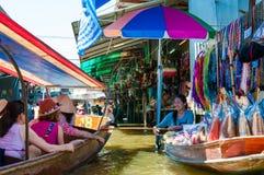Los locals tailandeses venden la comida y recuerdos en el mercado flotante famoso de Damnoen Saduak, Tailandia Imagen de archivo libre de regalías