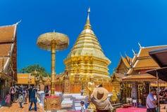 Los Locals y los turistas vienen rogar en el Doi Suthep Temple en Chiang Mai Imagen de archivo libre de regalías