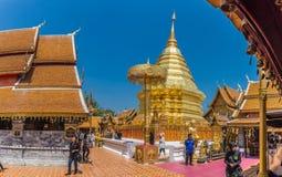 Los Locals y los turistas vienen rogar en el Doi Suthep Temple en Chiang Mai, Tailandia Imagenes de archivo