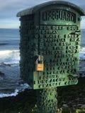 Los lockboxes del salvavidas proporcionan interés visual a lo largo de la playa en La Jolla enero de 2018 imagen de archivo libre de regalías