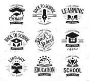 Los logotipos del vector de la escuela fijados, educación monocromática del diseño del vintage firman De nuevo a escuela, univers ilustración del vector