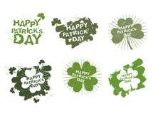 Los logotipos felices del día de Patricks fijaron en el estilo del grunge Rastro de cepillo Fotos de archivo