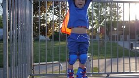 Los logros del niño, niño del ganador aumentan las manos que se levantan en rollerdrome almacen de metraje de vídeo