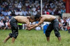 Los luchadores adolescentes luchan para la supremacía durante la competencia en el festival de lucha del aceite turco de Kirkpina Imagenes de archivo