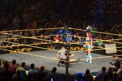 Los luchadores de sexo femenino Sasha Banks de NXT llevan a cabo título para mujer del campeonato Fotos de archivo libres de regalías