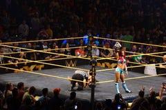 Los luchadores de sexo femenino Sasha Banks de NXT llevan a cabo título para mujer del campeonato Foto de archivo