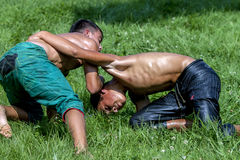 Los luchadores jovenes luchan para la victoria en el festival de lucha del aceite turco de Kirkpinar en Edirne, Turquía Foto de archivo libre de regalías