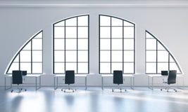 Los lugares de trabajo en un espacio abierto moderno brillante loft la oficina Tablas blancas y sillas negras Espacio blanco de l Foto de archivo