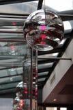 Los lustres con una forma del globo fueron suspendidos del techo de un restaurante en París (Francia) Fotos de archivo libres de regalías