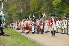 Los músicos británicos marchan en el campo de la entrega en el 225o aniversario de la victoria en Yorktown, una reconstrucción de Imagenes de archivo
