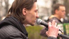 Los músicos cantan en la calle almacen de video