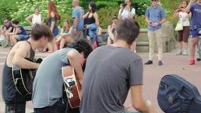 Los músicos de la calle juegan la música en Central Park, NYC