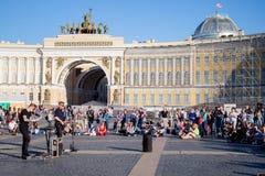 Los músicos de la calle se realizan para los turistas y las extremidades en el PA del centro de ciudad foto de archivo