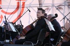 los músicos de la orquesta sinfónica foto de archivo