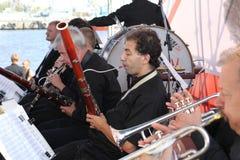 los músicos de la orquesta sinfónica fotos de archivo