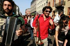Los músicos de venda de la calle desfilan, Milano - Italia Imagen de archivo