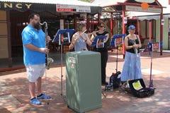 Los músicos están dando un funcionamiento en Alice Springs, Australia Fotos de archivo