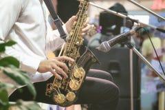 Los músicos están utilizando el saxofón para la música en directo foto de archivo libre de regalías
