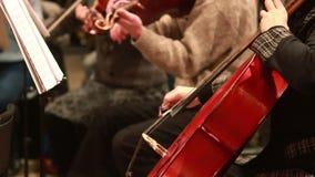 Los músicos realizan el concierto clásico de la música, instrumentos del violoncelo almacen de video