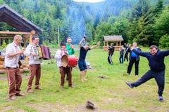 Los músicos realizan perfectamente canciones nacionales en viajar del rato foto de archivo