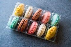 Los macarrones o Macaron se apelmaza en envase de plástico/paquete imágenes de archivo libres de regalías