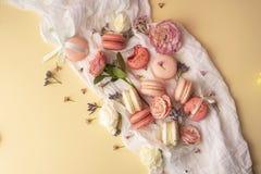 Los macarrones rosados y blancos se apelmazan con los brotes de flor grandes y pequeños AR Fotografía de archivo libre de regalías