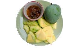 Los mangos con la salsa, mangos sumergieron en una goma a pescado dulce con Imágenes de archivo libres de regalías