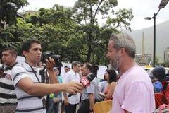Los manifestantes antis de Nicolas Maduro se entrevistan con durante una demostración masiva contra el dictatorshi fotografía de archivo