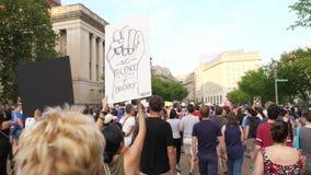 Los manifestantes del Anti-odio cantan mientras que marchan en la avenida de Pennsylvania fuera de la Casa Blanca almacen de metraje de vídeo