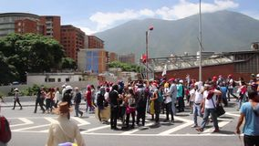 Los manifestantes en la oposición total se reúnen en Caracas contra el gobierno de la dictadura de Nicolas Maduro metrajes