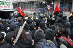 Los manifestantes enfrentan policía en una reunión de la austeridad Fotos de archivo libres de regalías