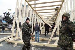 Los manifestantes están construyendo el monumento Imagen de archivo