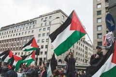 Los manifestantes Favorable-palestinos disputan a la brigada judía Foto de archivo