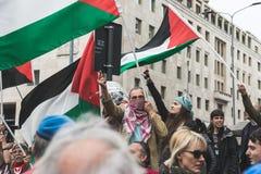 Los manifestantes Favorable-palestinos disputan a la brigada judía Imagenes de archivo